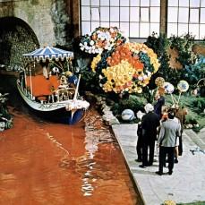 Il fiume di cioccolato era composto da 150.000 litri di vero cioccolato, acqua e crema. La crema si avariò, molto, presto e il fiume cominciò a puzzare.