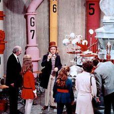 """Al contrario di ciò che sostiene la Sig.ra Teevee, che erroneamente tira in ballo Rachmaninoff, il codice musicale per entrare nella stanza di cioccolato suonato da Wonka è l'introduzione delle """"Nozze di Figaro"""" di Mozart."""