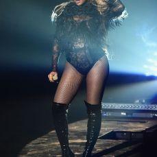 Beyoncé infiamma il palco fasciata in bodysuit in pizzo e stivali in latex.