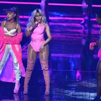 Le allusive Ariana Grande e Nicki Minaj che duettano con un look da Barbie girls.