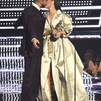 Drake ruba un bacio a Rihanna mentre le consegna il Michael Jackson Video Vanguard Award.