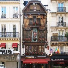 L'edificio parigino situato nella Rue Saint Lazare 8 arrondissements (risalente al 1892) falciato, per così dire, dalle due M dorate.
