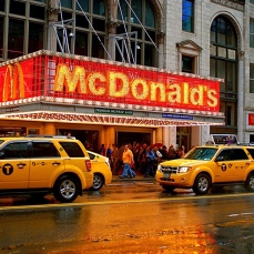 Un teatro di Broadway che risale alla Golden Age, situato nella celebre Theater District di Manhattan.