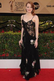 Emma Stone in Alexander McQueen, sandali Jimmy Choo e gioielli Tiffany & Co.
