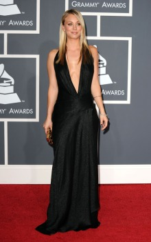 In black gown con scollo a V profondo ai Grammy 2010