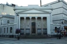 McDonald's a Kristiansand in Norvegia. Come si può vedere nella parte superiore dell'edificio, la struttura (probabilmente un ex banca) risale al 1897.