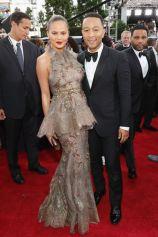 Chrissy Teigen e John Legend: lei veste Marchesa, lui in Gucci.