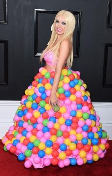 Il bubblegum dress di Girl Crush sul carpet dei Grammy 2017.