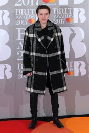 Brooklyn Beckham in cappotto Burberry