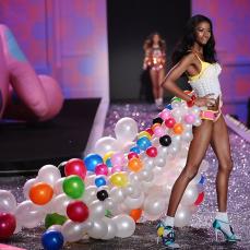 Il bustier di palloncini esibito da Lyndsey Scott sulla passerella del Victoria's Secret Fashion Show 2009