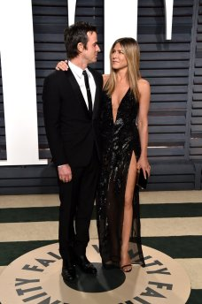 Jennifer Aniston in Versace e Justin Theroux