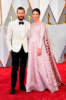 Jamie Dornan in Hermes e Amelia Warner in Emilia Wickstead