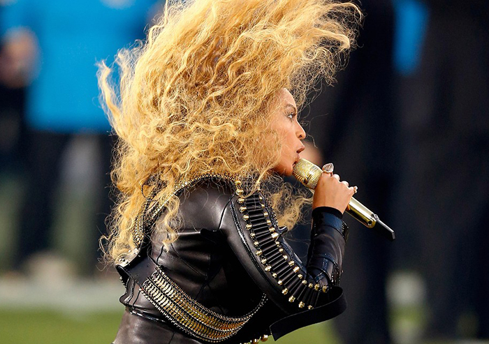 beyonce-almost-falls-during-super-bowl-performance-18