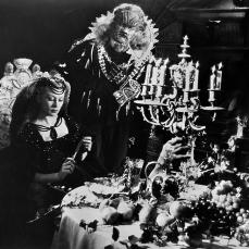 1. La Belle et la Bête (1945) con Josette Day e Jean Marais. Il classico cinematografico diretto dal regista francese d'avant-garde, Jean Cocteau con le scenografie di Christian Bérard e Lucien Carré e i costumi di Christian Bérard e Escoffier.