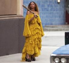 Beyoncé in Roberto Cavalli nel video Hold Up (2016)