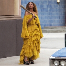 Beyoncé in Roberto Cavalli nel video Hold Up (2016)