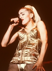 Il reggiseno a coni di Jean-Paul Gautier per il Blond Ambition Tour, 1990