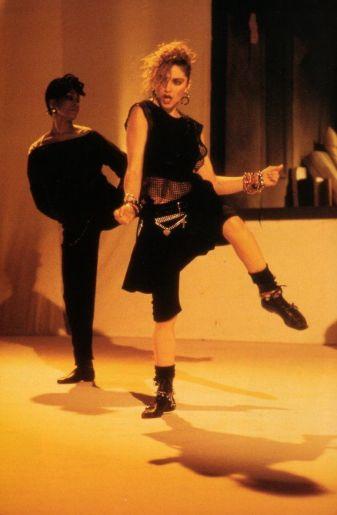 L'ombelico in vista nel videoclip Holiday, 1983
