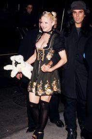 L'outfit da lattaia con peluche di agnello per promuovere il libro Sex, 1992