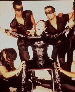 Celebra le pratiche BDSM nel video Human Nature, 1995