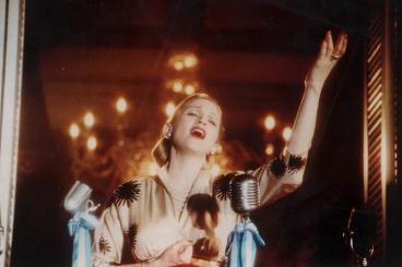 È criticata dai nostalgici della moglie di Peron per il suo ruolo di Evita, 1996