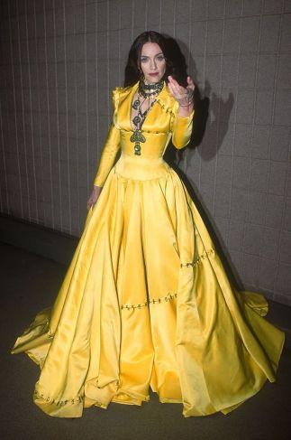 Rivisita in chiave gotica l'abito della principessa Disney Belle ai VH1, 1998
