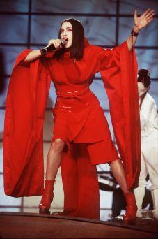 Si esibisce ai Grammy in kimono da geisha, 1999