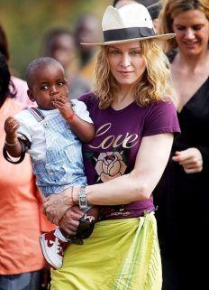 """Vola in Malawi e adotta l'orfano africano di tredici mesi David Banda, facendolo prelevare dalla sua bodyguard. """"Non si può scegliere un bambino come si compra una borsetta"""" è il commento di Boniface Mandere della associazione Eye of Child. 2006"""