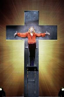 Crocifissa sul palco del Confessions Tour, 2006