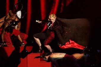Inciampa sul palco dei Brit Awards 2015