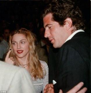 """L'affair con John Kennedy Jr. che Jackie disapprovava per la """"maledetta"""" somiglianza con Marilyn, 1987"""