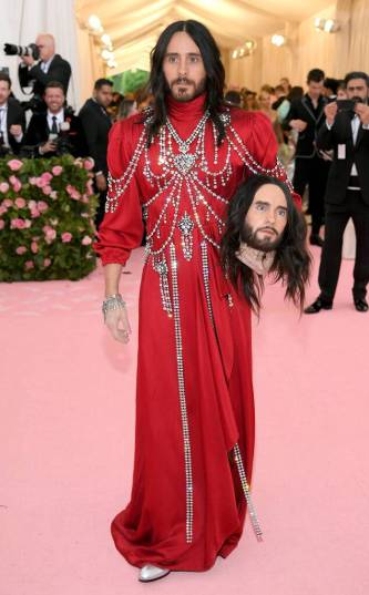 «Camp: Notes on Fashion, 2019» in total Gucci, Jared Leto indossa la testa di Jared Leto.