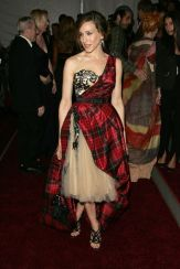 «AngloMania: Tradition and Transgression in British Fashion, 2006» Sarah Jessica Parker in tartan plaid Alexander McQueen.