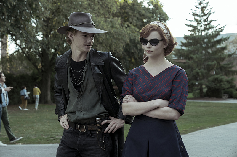 THE QUEEN'S GAMBIT (L to R) THOMAS BRODIE-SANGSTER as BENNY and ANYA TAYLOR-JOY as BETH HARMON in episode 105 of THE QUEEN'S GAMBIT Cr. KEN WORONER/NETFLIX © 2020
